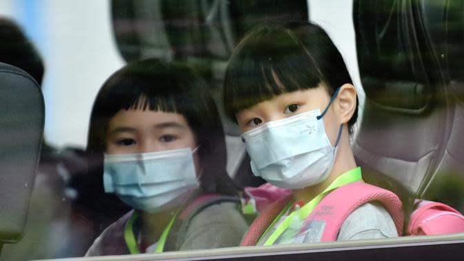 Para murid berangkat menggunakan bus sekolah di Tsuen Wan, Hong Kong, China pada 29 September 2020. Semua murid kembali bersekolah dalam pengaturan dua tahap setelah pembelajaran tatap muka pertama kali dilangsungkan sekitar sepekan yang lalu untuk kelas-kelas tertentu. (Xinhua/Lo Ping Fai)