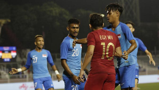 Gelandang Timnas Indonesia U-22, Egy Maulana, bersitegang dengan pemain Singapura U-22 pada laga SEA Games 2019 di Stadion Rizal Memorial, Manila, Kamis (28/11). Indonesia menang 2-0 atas Singapura. (Bola.com/M Iqbal Ichsan)