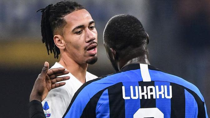 Pemain AS Roma, Chris Smalling, dan striker Inter Milan, Romelu Lukaku. (AFP/Miguel Medina)