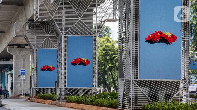 Pilar jalur MRT yang akan digunakan sebagai media iklan di bawah Stasiun Haji Nawi, Jakarta, Minggu (4/10/2020). PT Mass Rapid Transit Jakarta menyiapkan sejumlah pilar jalur MRT sebagai media iklan untuk mengembangkan bisnis di luar pendapatan tiket atau non-farebox. (Liputan6.com/Faizal Fanani)
