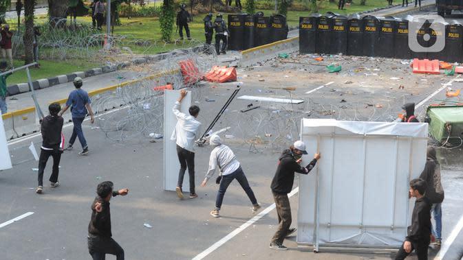Pengunjuk rasa yang menolak UU Cipta Kerja terlibat bentrok dengan polisi di kawasan Patung Kuda, Jakarta, Kamis (8/10/2020). (merdeka.com/Arie Basuki)