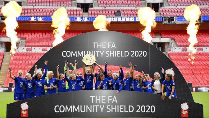 Para pemain Chelsea melakukan selebrasi usai menjuarai FA Women's Community Shield di Stadion Wembley, Sabtu (29/8/2020). Chelsea menang 2-0 atas Manchester City. (Justin Tallis/Pool via AP)