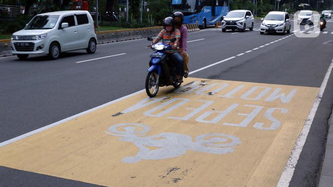 Pengendara melintasi kawasan Jalan Medan Merdeka Barat, Jakarta, Sabtu (6/6/2020). Pemprov DKI Jakarta mengeluarkan Pergub nomor 51 Tahun 2020 yang didalamnya mengatur pembatasan kendaraan dengan rekayasa ganjil-genap untuk sepeda motor dan mobil. (Liputan6.com/Helmi Fithriansyah)