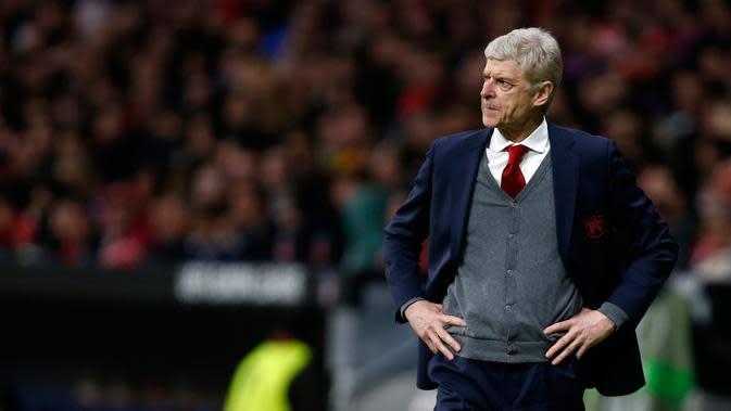 Reaksi manajer Arsenal, Arsene Wenger melihat timnya melawan Atletico Madrid pada laga leg kedua semifinal Liga Europa di Wanda Metropolitano, Kamis (3/5). Kegagalan Arsenal lolos ke final Liga Europa membuat Wenger bersedih. (AP/Francisco Seco)