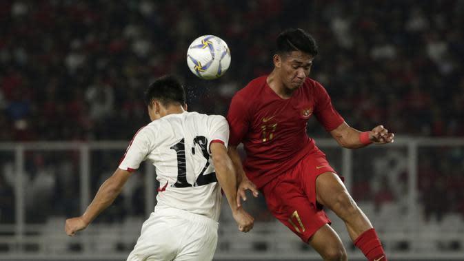 Striker Timnas Indonesia U-19, Serdy Ephy, berebut bola atas dengan pemain Timnas Korea Utara pada laga Kualifikasi AFC U-19 2020 di Stadion GBK, Jakarta, Minggu (10/11). Indonesia U-19 berhasil menahan imbang 1-1 DPR Korea. (Bola.com/Yoppy Renato)