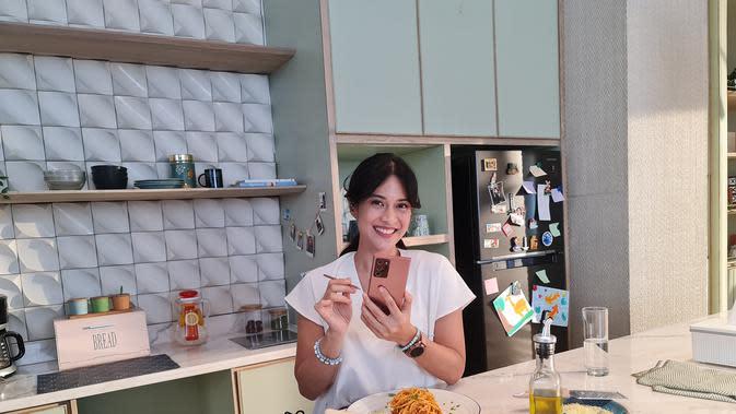 Dian Sastrowardoyo dan Galaxy Note 20 Ultra (Foto: Samsung Indonesia)