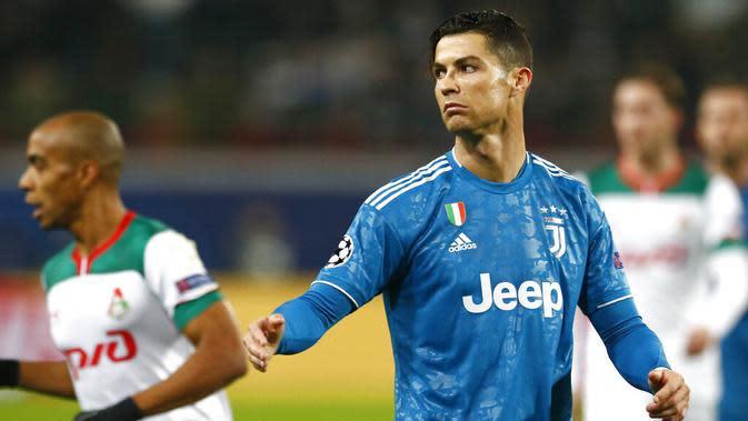 Striker Juventus, Cristiano Ronaldo, saat melawan Lokomotiv Moscow pada laga Liga Champions di RZD Arena, Rabu (6/11). Lokomotiv Moscow takluk 1-2 dari Juventus. (AP/Alexander Zemlianichenko)