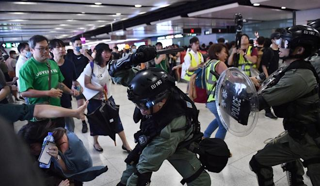 Police officers clash with protesters at Central Station on September 8, 2019. A proposed inquiry by the Hong Kong Bar Association would look into violence by both protesters and police. Photo: Getty Images