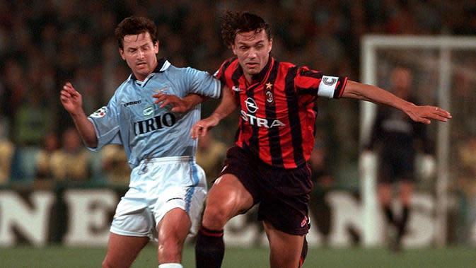 Bek asal Italia, Paolo Maldini merupakan salah satu legenda dunia yang pensiun pada usia 41 tahun. Sepanjang kariernya, Maldini membela klub AC Milan selama 25 tahun. (Bola.com/Electronic Image)