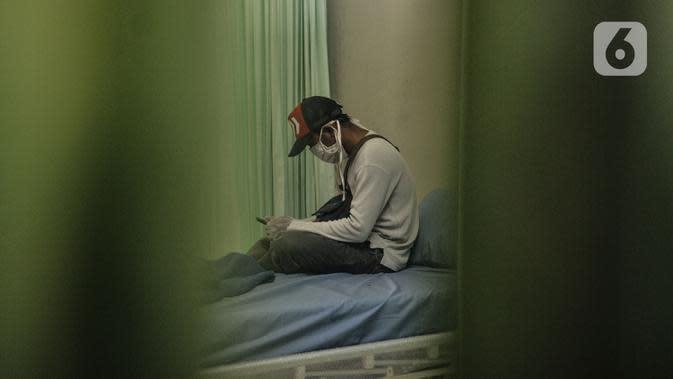 Aktivitas pasien Covid-19 saat menjalani perawatan di Pusat Rawat Isolasi Khusus Mandiri di Stadion Patriot Candrabhaga, Bekasi, Rabu (23/9/2020). Hingga saat ini tercatat sebanyak 15 pasien dengan status orang tanpa gejala (OTG) Covid-19 menjalani isolasi mandiri. (merdeka.com/Iqbal Nugroho)