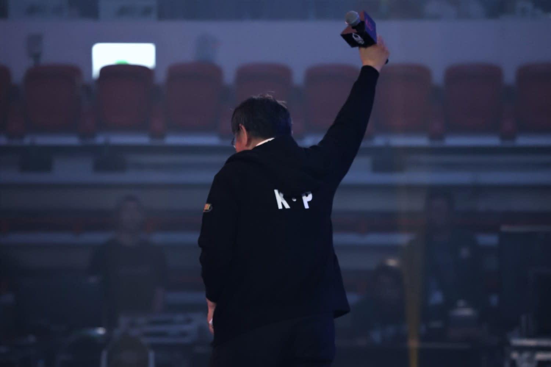 今日台北市長柯文哲身著運動外套,背後寫著「K.P」儼然電競選手