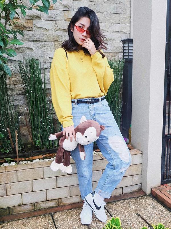 Menyandang status sebagai publik figur, Dinda Kirana selalu memperhatikan penampilannya. Saat sedang berpergian, seleb yang namanya dikenal lewat sinetron Kepompong ini tampil dengan gaya kasual. Perpaduan sweater kuning dan celana jeans, membuat penampilannya keren. (Liputan6.com/IG/@dindakirana.s)
