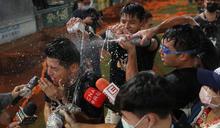 統一獅奪下半季冠軍 陳傑憲遭隊友潑飲料慶祝 (圖)