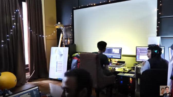 Mengetahui salah satu yang diinginkan Baim adalah tempat membuat konten, Anang juga menunjukkan ruang editor yang membangun 5 channel milik keluarganya. Sebelumnya, tempat ini sebagai tempat untuk nonton. (Youtube/Baim Paula)