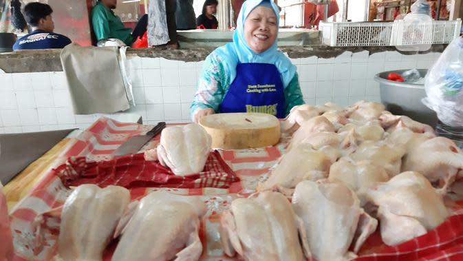 Sihmi, penjual daging ayam di Pasar Grogol, Jakarta Barat. Dok: Tommy Kurnia/liputan6.com