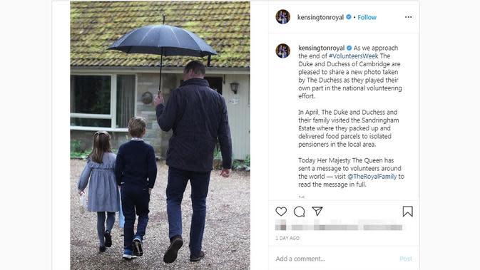 Pangeran William saat berbagi payung kepada kedua buah hatinya, Pangeran George dan Pangeran Charlotte. (dok. Instagram @kensingtonroyal/https://www.instagram.com/p/CBGDKerFQlH/?hl=en/Putu Elmira)