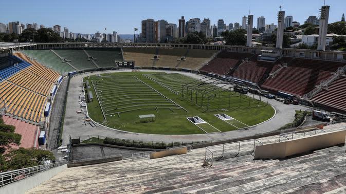 Lokasi pembangunan rumah sakit lapangan sementara untuk menampung pasien terinfeksi Covid-19 di stadion Pacaembu, di Sao Paulo, Senin (23/3/2020). Sejumlah klub sepakbola papan atas Brasil meminjamkan Pekestadion untuk diubah menjadi rumah sakit atau klinik darurat virus corona. (NELSON ALMEIDA/AFP)