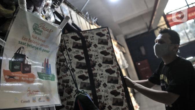 Himbauan penggunaan kantong ramah lingkungan di depan toko Abdullah di Pasar Tebet Barat, Jakarta, Selasa (30/6/2020). Abdullah berharap Pemprov DKI tidak hanya membuat peraturan larangan plastik sekali pakai, tetapi juga dapat segera memberikan solusi kepada pedagang. (merdeka.com/Iqbal S Nugroho)