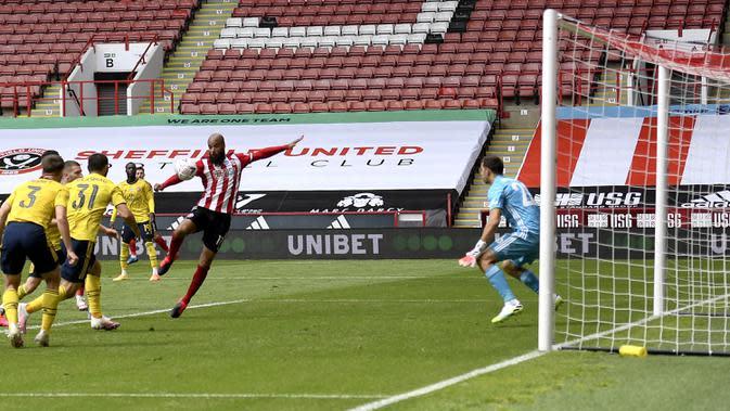 Pemain Sheffield United David McGoldrick mencetak gol ke gawang Arsenal pada putaran keenam Piala FA di Bramall Lane, Sheffield, Inggris, Minggu (28/6/2020). Arsenal melaju ke semifinal Piala FA usai menaklukkan Sheffield United 2-1. (Oli Scarff/Pool via AP)