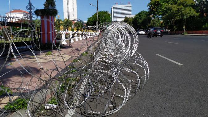 Polrestabes Surabaya sudah memasang kawat berduri di Kawasan Gedung Negara Grahadi (Foto: Liputan6.com/Dian Kurniawan)