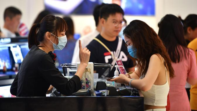 Para wisatawan berbelanja di toko bebas pajak (duty free) di Haikou, ibu kota Provinsi Hainan, China selatan (18/8/2020). Selama periode tersebut, sekitar 384.000 wisatawan mengunjungi pulau itu, naik 54,1 persen secara tahunan. (Xinhua/Guo Cheng)