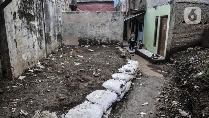 Warga berada di salah satu rumah yang rusak akibat sering terendam banjir di kawasan RW 07 Rawajati, Jakarta, Selasa (22/9/2020). Meskipun banjir yang datang pada Senin (21/9) malam telah surut, warga tetap bersiaga apabila banjir kiriman kembali datang. (merdeka.com/Iqbal S. Nugroho)
