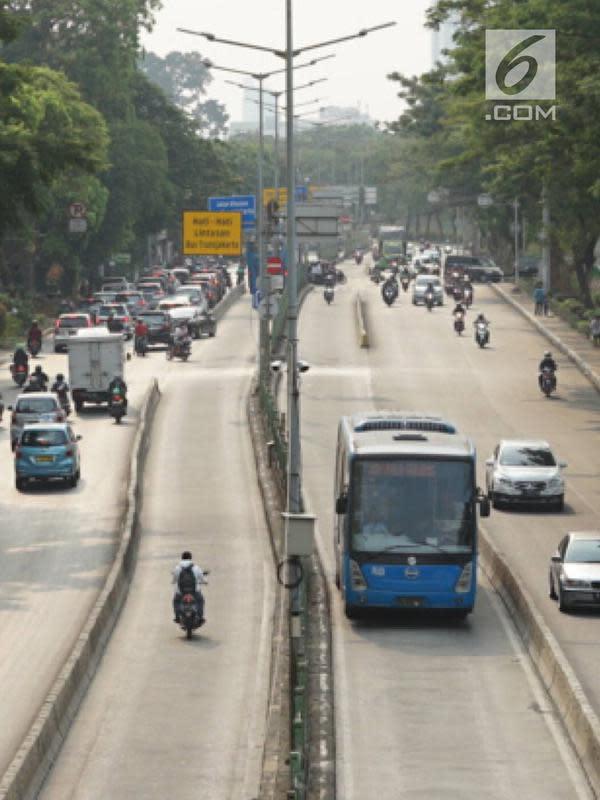 Kendaraan menerobos jalur bus Transjakarta di kawasan Pasar Rumput, Jakarta, Jumat (15/9/2019). PT Transportasi Jakarta bersama Dirlantas Polda Metro Jaya akan menerapkan tilang elektronik atau Electronic Traffic Law Enforcement (ETLE) mulai 1 Oktober 2019. (Liputan6.com/Immanuel Antonius)