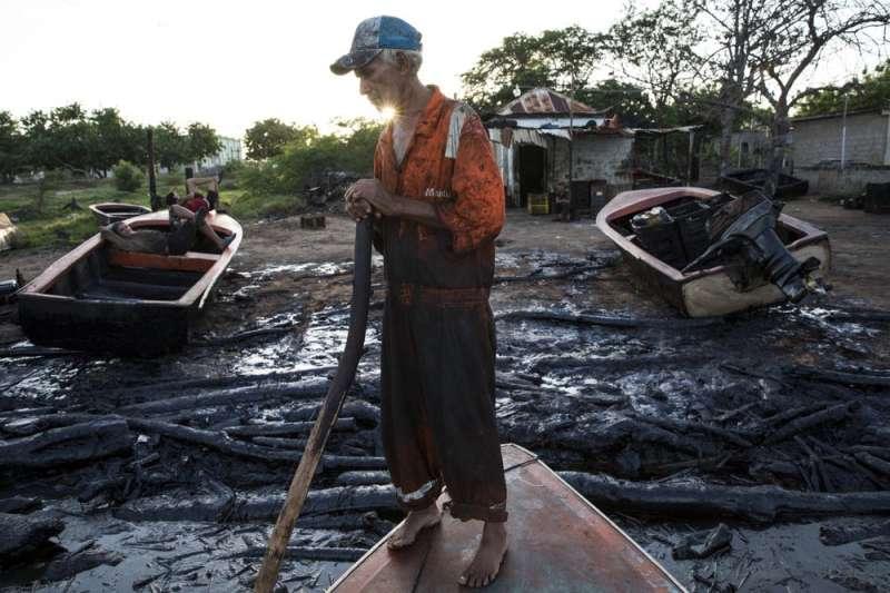 委內瑞拉當局不顧該國石油管線與油井都年久失修的事實,急欲重啟煉油廠、提升石油產量,卻讓漏油事故頻發。(AP)