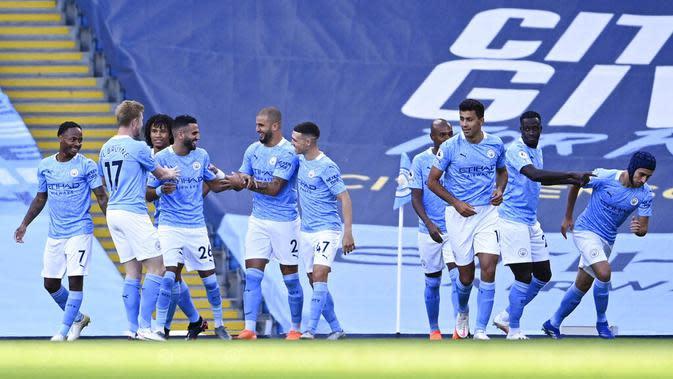 Para pemain Manchester City merayakan gol yang dicetak oleh Riyad Mahrez ke gawang Leicester City pada laga Liga Inggris di Stadion Etihad, Senin (28/9/2020). City takluk 2-5 dari Leicester. (Laurence Griffiths/Pool via AP)