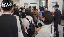 台中新光三越才復業 上百名員工下班擠門口