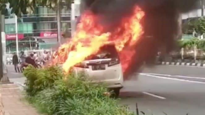 Toyota Alphard terbakar di Pondok Indah