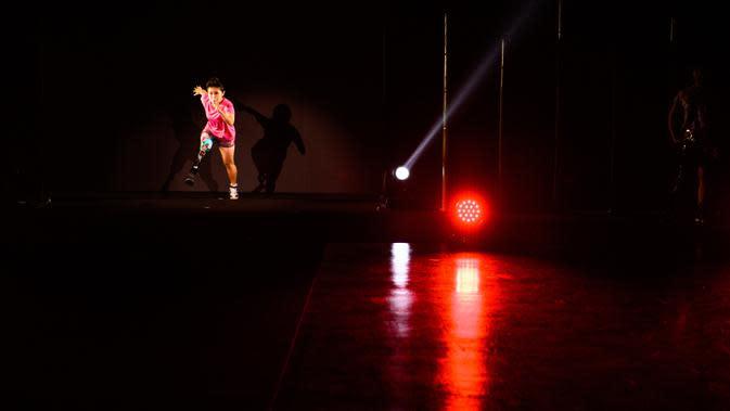 Atlet Hitomi Onishi menampilkan kreasi desainer Makiko Sugawa saat joging di catwalk dalam fashion show bertajuk