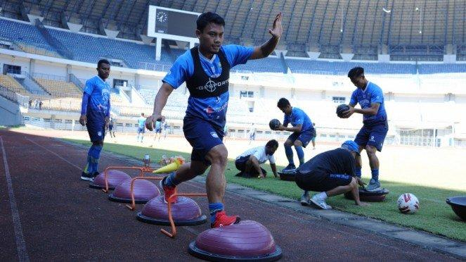 Gelandang Persib Bandung, Dedi Kusnandar, saat berlatih