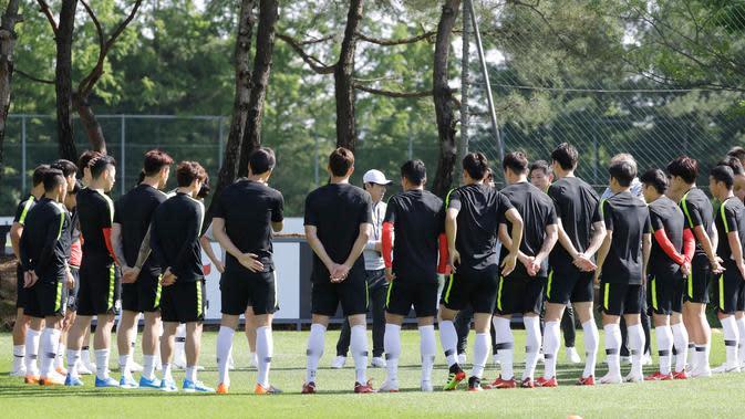 Kepala pelatih timnas Korea Selatan Shin Tae-yong (tengah) berbicara kepada para pemainnya selama sesi latihan untuk menghadapi Piala Dunia 2018 di National Football Centre di Paju, Korea Selatan, Rabu (23/5). (AP Photo/Lee Jin-man)