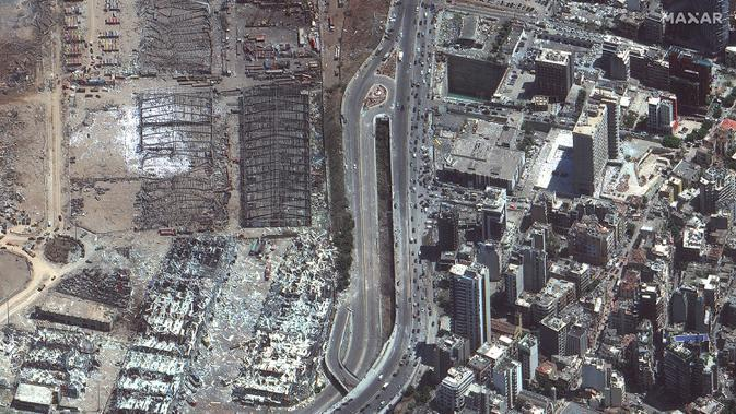 Citra satelit yang disediakan oleh Maxar Technologies ini menunjukkan area yang rusak di luar pelabuhan Beirut di Lebanon pada hari Rabu, 5 Agustus 2020, sehari setelah ledakan besar yang membuat seluruh blok kota diselimuti kaca dan puing-puing. (© 2020 Maxar Technologies melalui AP)