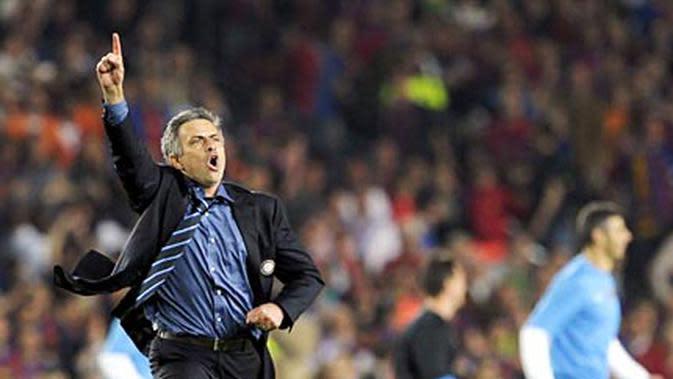 Pelatih Inter Milan Jose Mourinho sesaat setelah wasit meniup peluit akhir saat tim asuhannya menyingkirkan Barcelona pada semifinal Liga Champions 2010 di Nou Camp. (AFP PHOTO/PEDRO ARMESTRE)