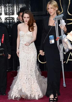 Crutches don't slow down Kristen Stewart at Oscars