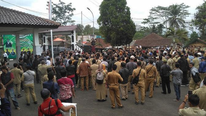 Ribuan aparat desa mendatangi Kantor Kejaksaan Kabupaten Tasikmalaya, Jawa Barat akibat perbuataan pemerasaan dan intimidasi yang dilakukan oknum Kejaksaan (Liputan6.com/Jayadi Supriadin)