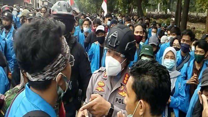 Aksi Nekat Kapolres Depok Adang Ratusan Mahasiswa Demo UU Ciptaker