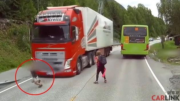 「AEB自動緊急煞車」救命實例!孩童死角闖對向車道,險被大貨車迎面撞上