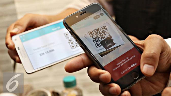Pengunjung mencoba pembayaran digital Pay by QR di Jakarta, Kamis (3/3). Sistem Pay by QR terintegrasi pada layanan mobile banking bank maupun aplikasi uang elektronik yang dapat langsung digunakan sebagi sumber dana. (Liputan6.com/Immanuel Antonius)