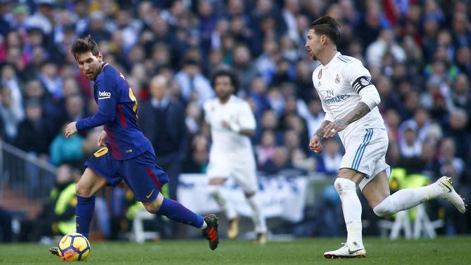 Lionel Messi merepotkan pertahanan Real Madrid yang dijaga Sergio Ramos (JAVIER SORIANO / AFP)