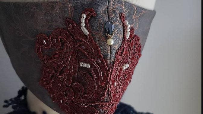 Masker couture rancangan desainer Pheren Soepadhi. (dok. Instagram @pherencouture/https://www.instagram.com/p/B_v8FALgldO//Dinny Mutiah)