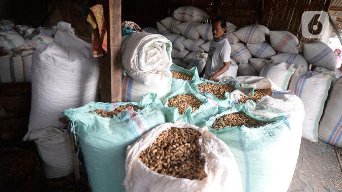 Pekerja bersiap mengolah kacang tanah di salah satu industri rumahan pembuatan kacang sangrai di Kawasan Keranggan, Tangerang Selatan, Selasa (11/8/2020). Kacang sangrai yang dipasarkan seharga Rp10.000 per kg itu mulai mengalami kenaikan pesanan dibanding bulan lalu. (merdeka.com/Dwi Narwoko)