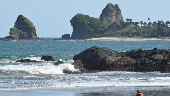 Wisata di Jember Pantai Watu Ulo (Sumber: Istockphoto)