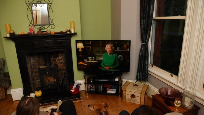 Warga Inggris Raya menyaksikan pidato Ratu Elizabeth II tentang krisis corona COVID-19. (dok. Foto PAUL ELLIS/AFP)