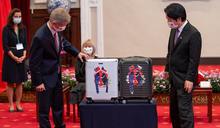 總統送給捷克議長的「台灣之光」皮箱,原來是他做的!