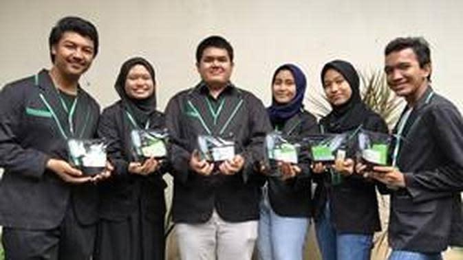 Peserta ISCC 2020 (SMKN 20 Jakarta) bersama dengan produk unggulan yang mereka buat, Magic Enzyme (dok. rilis PJI)