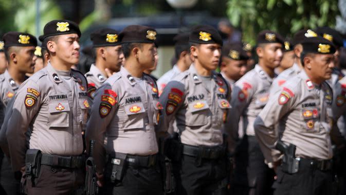 Sejumlah personel polisi sedang mengikuti apel persiapan pengamanan pelantikan Presiden dan Wakil Presiden di Mapolresta Solo, Jumat 918/10).(Liputan6.com/Fajar Abrori)