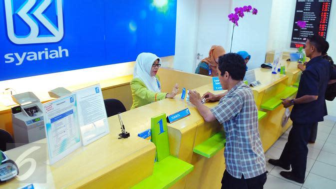 Suasana transaksi perbankan Syariah di BRI Syariah, Jakarta, Kamis (9/2). Sampai akhir 2016 pertumbuhan perbankan syariah mencapai 19,67 persen. (Liputan6.com/Angga Yuniar)